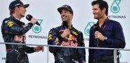 Verstappen y Ricciardo en el podio de Malasia 2016 con Webber - SoyMotor