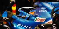 Alonso en boxes con el Alpine - SoyMotor.com