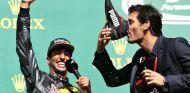 Ricciardo, Webber y el 'shoey' en el podio de Spa, una de las imágenes de la temporada - SoyMotor