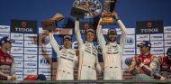 Webber celebrando la victoria junto a sus compañeros Hartley y Bernhard - LaF1