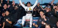 Wehrlein celebrando el título del DTM con su equipo Mercedes - LaF1