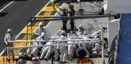 El equipo Williams en funcionamiento durante un pit-stop en Hungría - SoyMotor.com