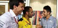 Toto Wolff, Cyril Abiteboul y Esteban Ocon en Marina Bay - SoyMotor.com