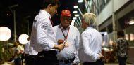Wolff y Lauda conversan con Ecclestone en el paddock de Singapur - SoyMotor