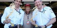 Toto Wollf, Niki Lauda y Ross Brawn con el trofeo del GP de Mónaco 2013