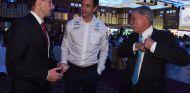 Toto Wolff (centro) con el CEO de la F1, Chase Carey (der.) – SoyMotor.com