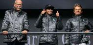 Zetsche, Hamilton y Rosberg antes de comenzar la temporada 2016 - SoyMotor