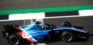 Zhou corta su mala racha y gana la carrera larga de Silverstone