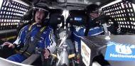 Mark Zuckerberg (izq.) a bordo del coche de NASCAR – SoyMotor.com
