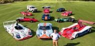Jacky Ickx con algunos de los coches que pilotó a lo largo de su carrera
