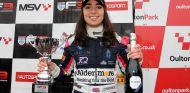 Jamie Chadwick en el podio - SoyMotor.com