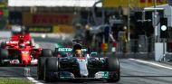 Lewis Hamilton y Kimi Räikkönen en Barcelona - SoyMotor