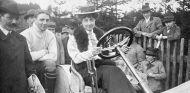 Mercédès Jellinek en un Mercedes en 1910 - SoyMotor.com