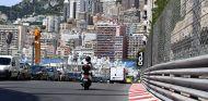 Moto a su paso por la pista de Mónaco - SoyMotor.com