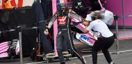 Romain Grosjean aparta una cámara de FOM de su vista - SoyMotor