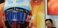 Yusuke Hasegawa en el box de McLaren, en el GP de Rusia - SoyMotor