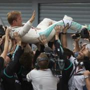 Rosberg celebrando la victoria junto a sus mecánicos - LaF1