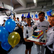 Alonso celebró su 35º cumpleaños junto al equipo McLaren - LaF1