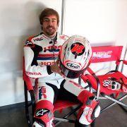Fernando Alonso y Marc Márquez se divierten con una MotoGP