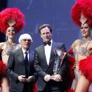 Bernie Ecclestone junto a Christian Horner, que sostiene el trofeo de Campeón de Constructores