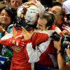 Sebastian Vettel festeja la victoria con sus mecánicos - LaF1