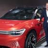 Herbert Diess con el Volkswagen ID. Roomzz Concept - SoyMotor.com