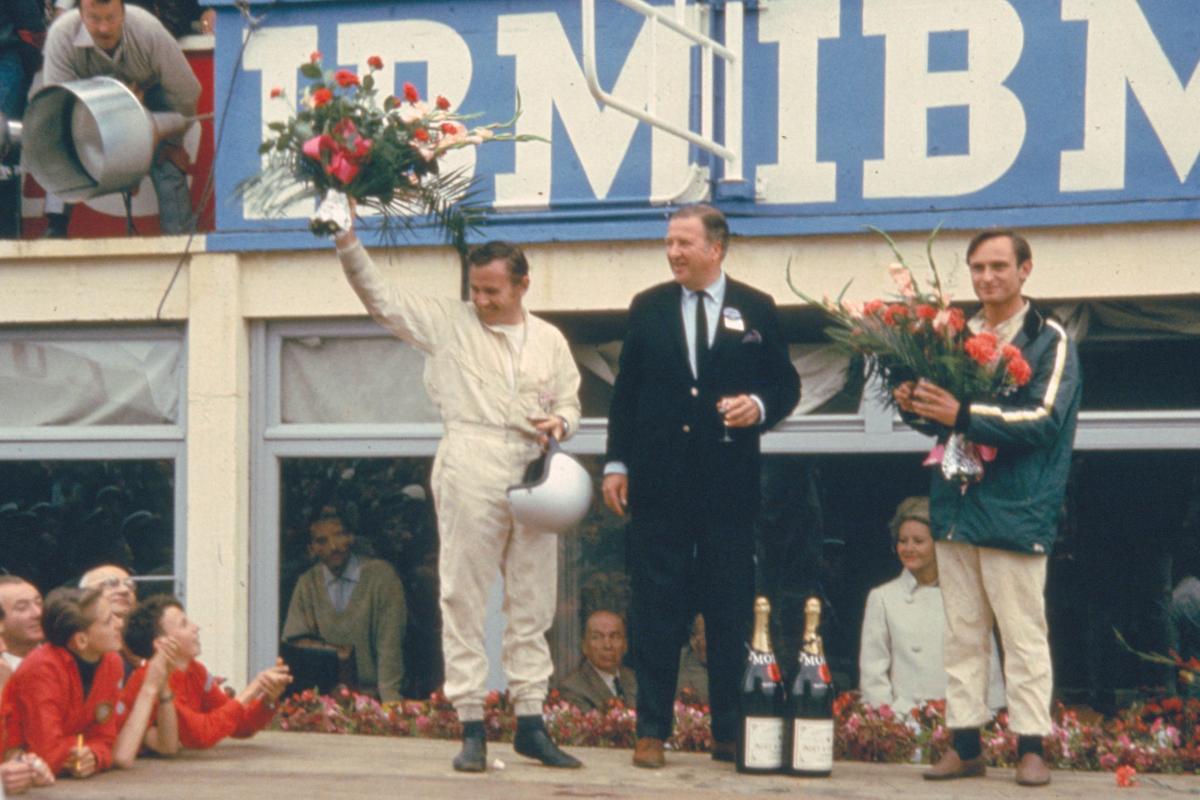 Bruce McLaren, Henry Ford II y Chris Amon en el podio - 24 Horas de Le Mans 1966