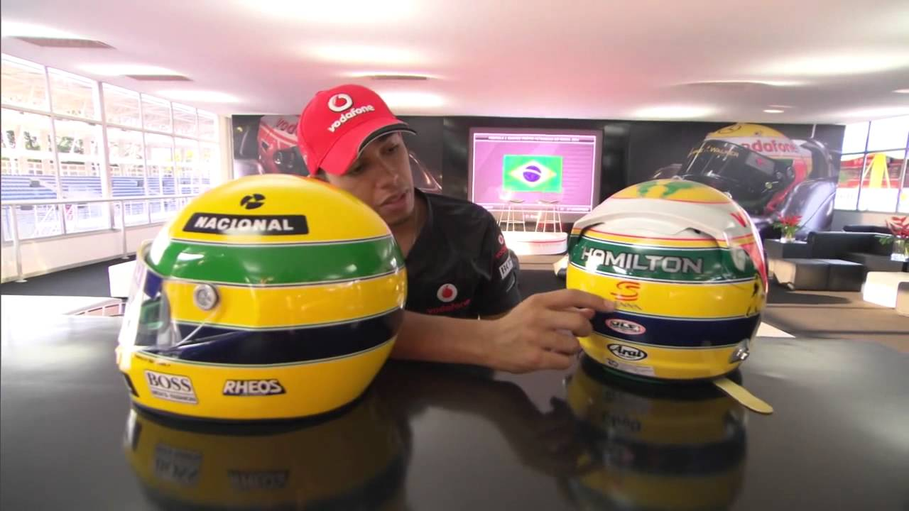 Hamilton con el casco y Senna