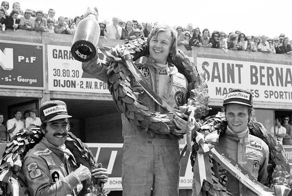 Peterson celebra la victoria en Prenois con Regazzoni y Lauda en el podio (1974)