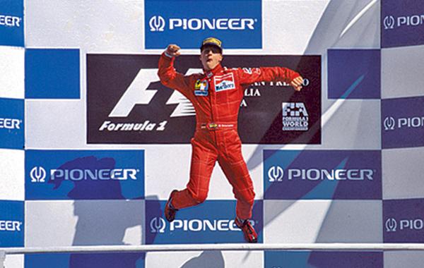 Salto de Michael Schumacher en el podio