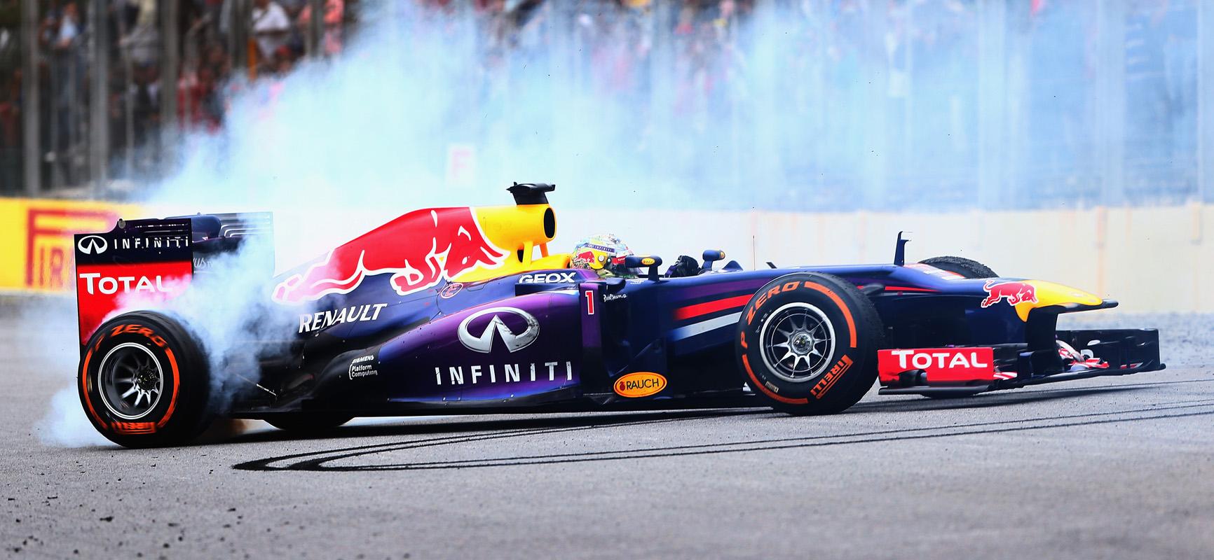 Sebastian Vettel celebra con unos donuts el final de 2013 y su cuarto mundial