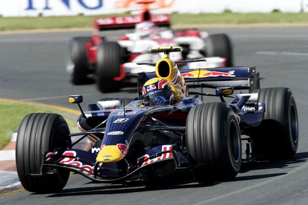 Mark Webber con el Red Bull RB3 en su primer año con el motor Renault (2007)