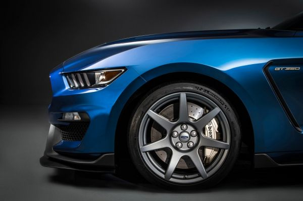 2015-ford-shelby-gt350r-mustang-1-carbon-fiber-wheel-1024x680_0.jpg