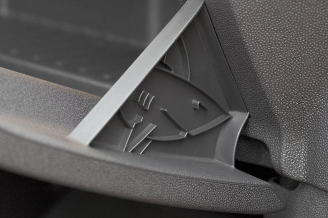 Tiburon escondido en nuestros coches Opel-corsa-shark-attack-291021-copy