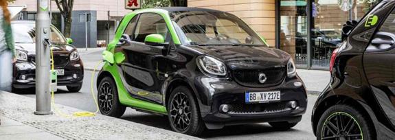 smart-electric-drive-2017-fortwo-fronto-latera-recargando-calle.jpg