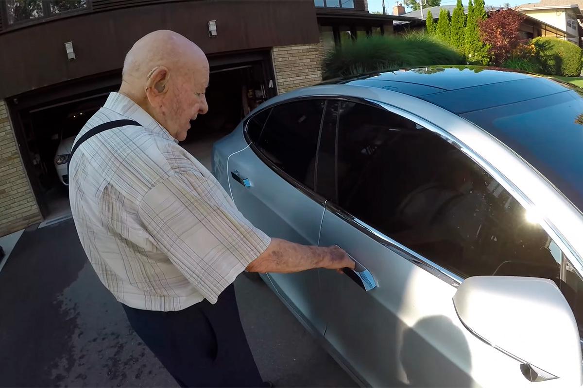 abuelo-97-anos-tesla-2-soymotor.jpg
