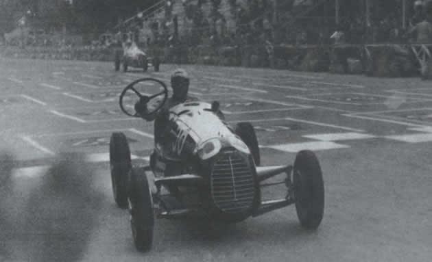 torino_3_settembre_1946._tazio_guida_con_i_braccetti_di_supporto_del_volante_della_cisitalia.jpg