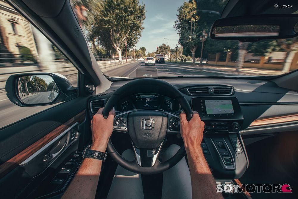 honda-cr-v-hybrid-2019-volante-soymotor-16.jpg
