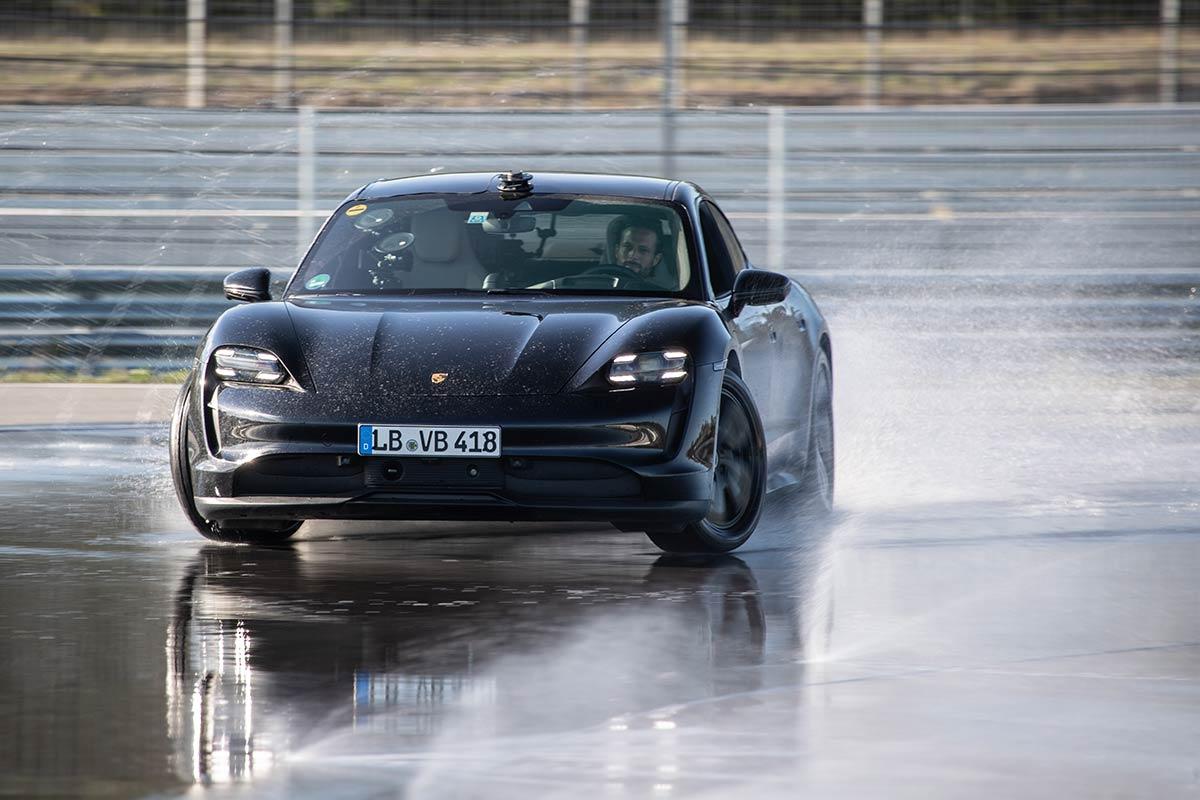 El Porsche Taycan logró un récord Guinness en Drifting