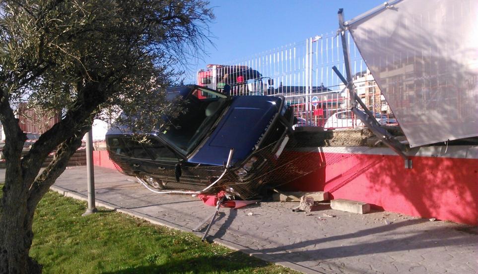 Range Rover accidentado en la Ciudad Deportiva del Atlético de Madrid