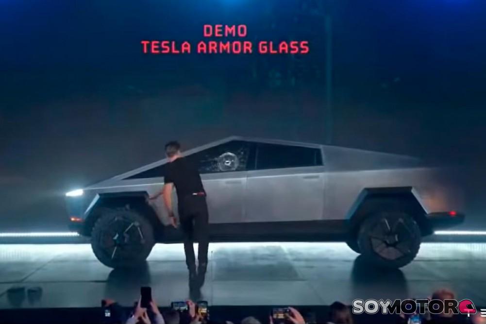 tesla-cybertruck-cristal-roto-soymotor.jpg