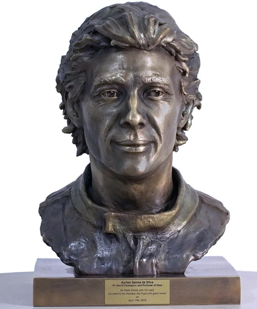 Un busto y un casco de Ayrton Senna para el Papa Francisco