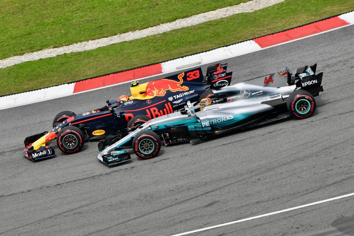 Verstappen adelanta a Hamilton durante el GP de Malasia 2017 - SoyMotor.com